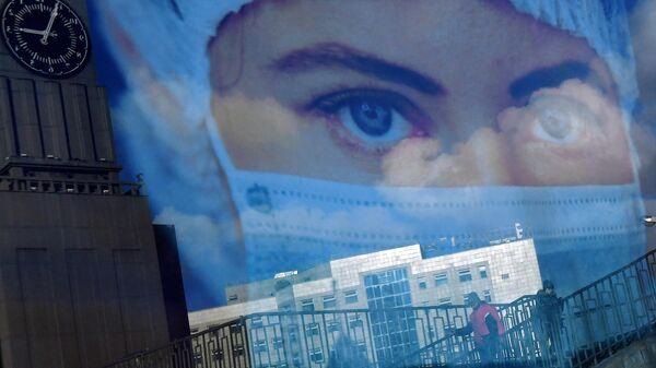 Постер с фотографией девушки в защитной маске в Красноярске