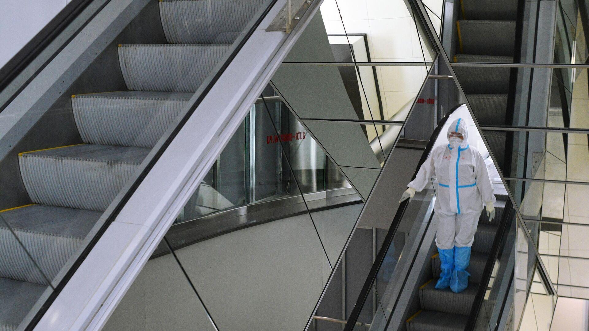 Медицинский работник во временном госпитале для пациентов с COVID-19 в автомобильном торговом центре Москва. - РИА Новости, 1920, 15.12.2020