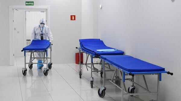 Медицинский работник во временном госпитале для пациентов с COVID-19