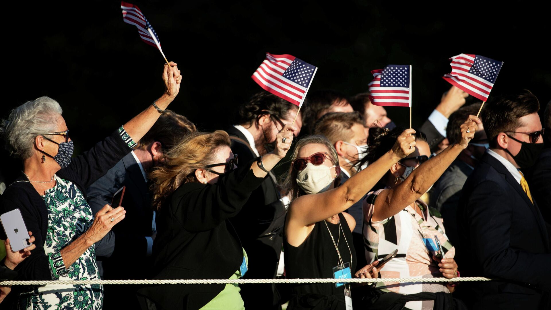 Люди с флагами США у Белого дома в Вашингтоне  - РИА Новости, 1920, 27.10.2020