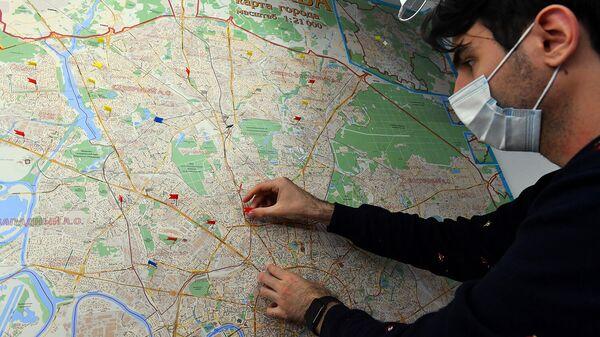 Волонтер акции #МыВместе размечает карту маршрутов для оказания помощи пожилым людям