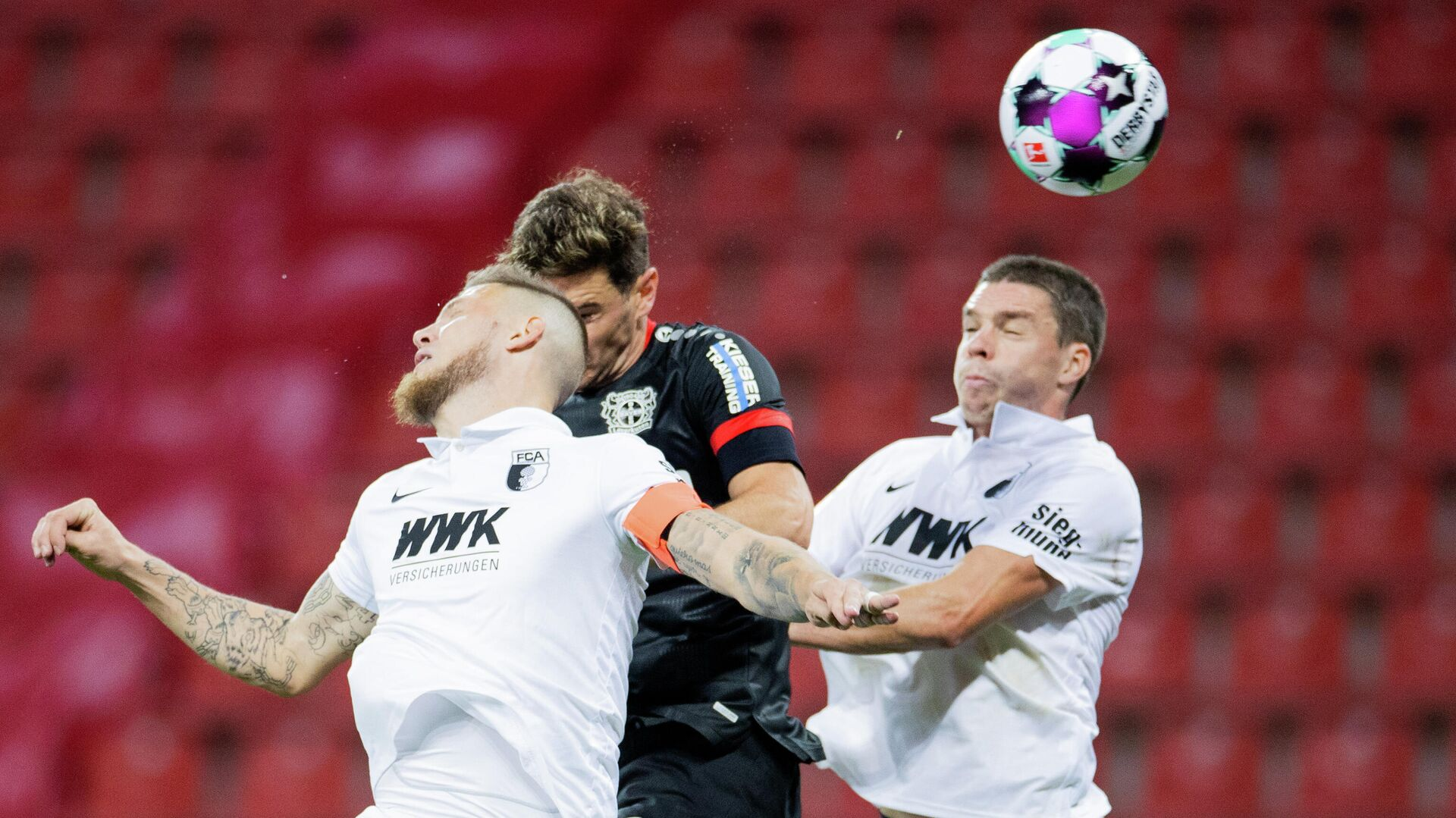 Leverkusen's Italian forward Lucas Alario (M), Augsburg's Dutch defender Jeffrey Gouweleeuw (L) and Augsburg's German defender Raphael Framberger vie for the ball during the German first division Bundesliga football match Bayer 04 Leverkusen v FC Augsburg, in Leverkusen, western Germany, on October 26, 2020. (Photo by Rolf Vennenbernd / POOL / AFP) / DFL REGULATIONS PROHIBIT ANY USE OF PHOTOGRAPHS AS IMAGE SEQUENCES AND/OR QUASI-VIDEO - РИА Новости, 1920, 27.10.2020