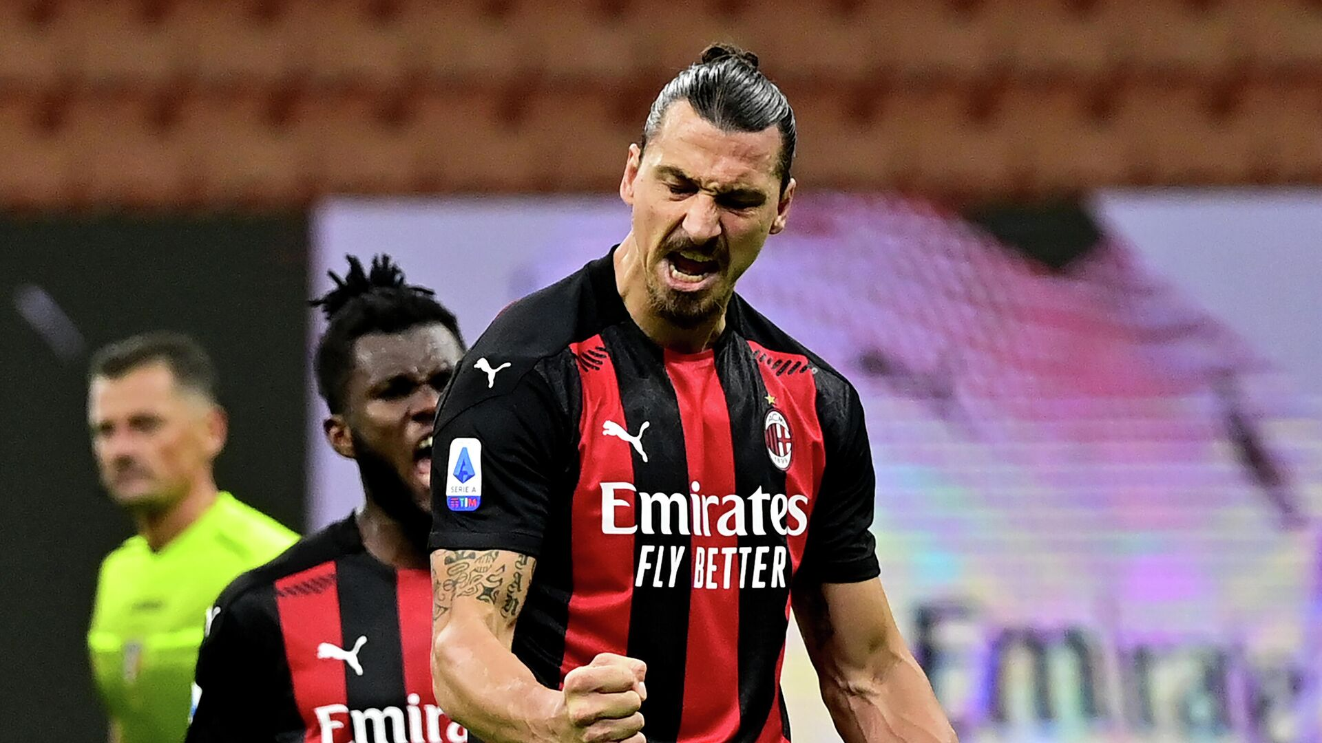 AC Milan's Swedish forward Zlatan Ibrahimovic celebrates after scoring a penalty against AS Roma during the Italian Serie A football match between AC Milan and AS Roma at the Meazza Stadium in Milan on October 26, 2020. (Photo by MIGUEL MEDINA / AFP) - РИА Новости, 1920, 27.10.2020
