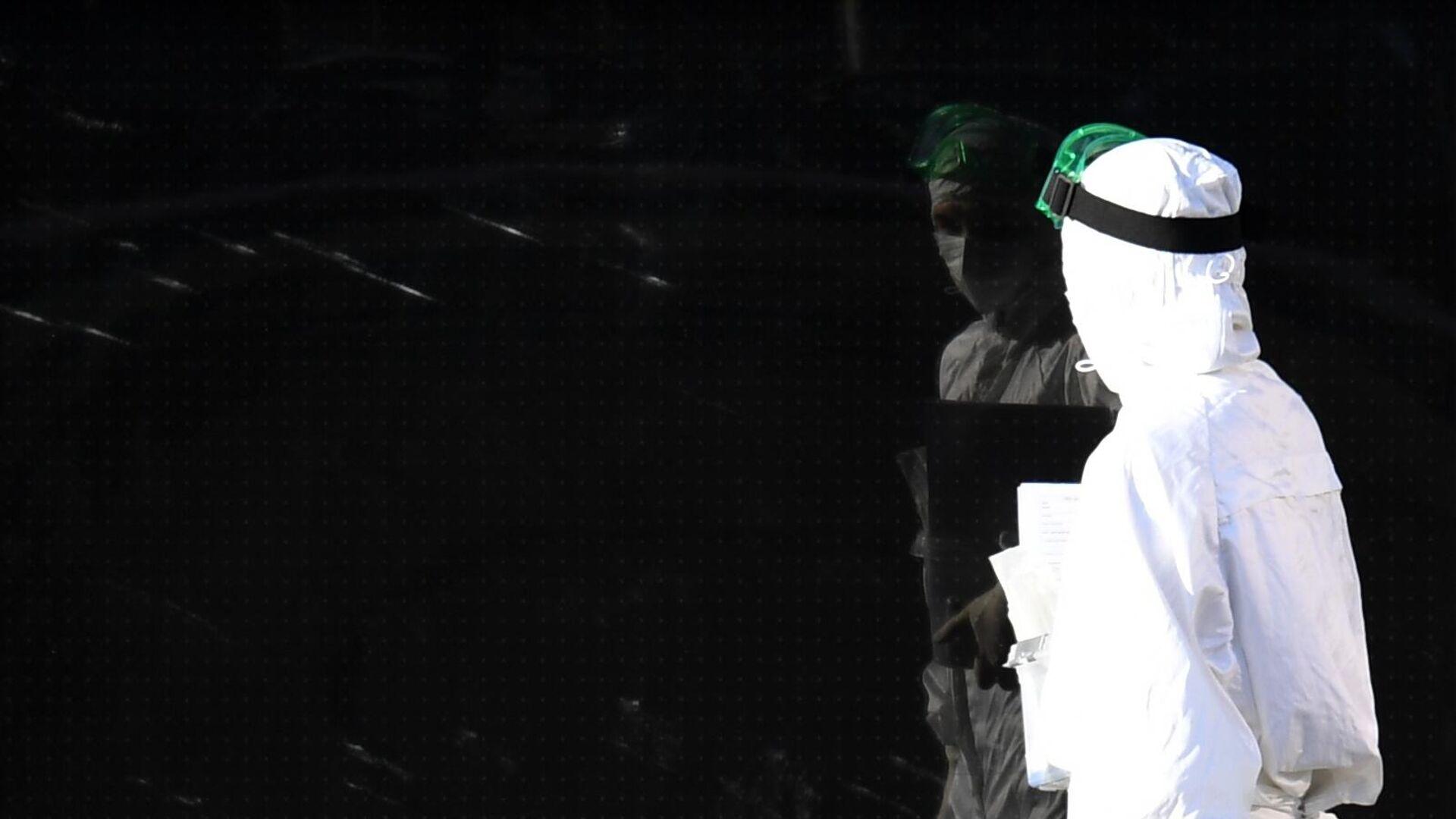 Медицинский работник на территории Республиканской клинической инфекционной больницы в Казани - РИА Новости, 1920, 28.10.2020