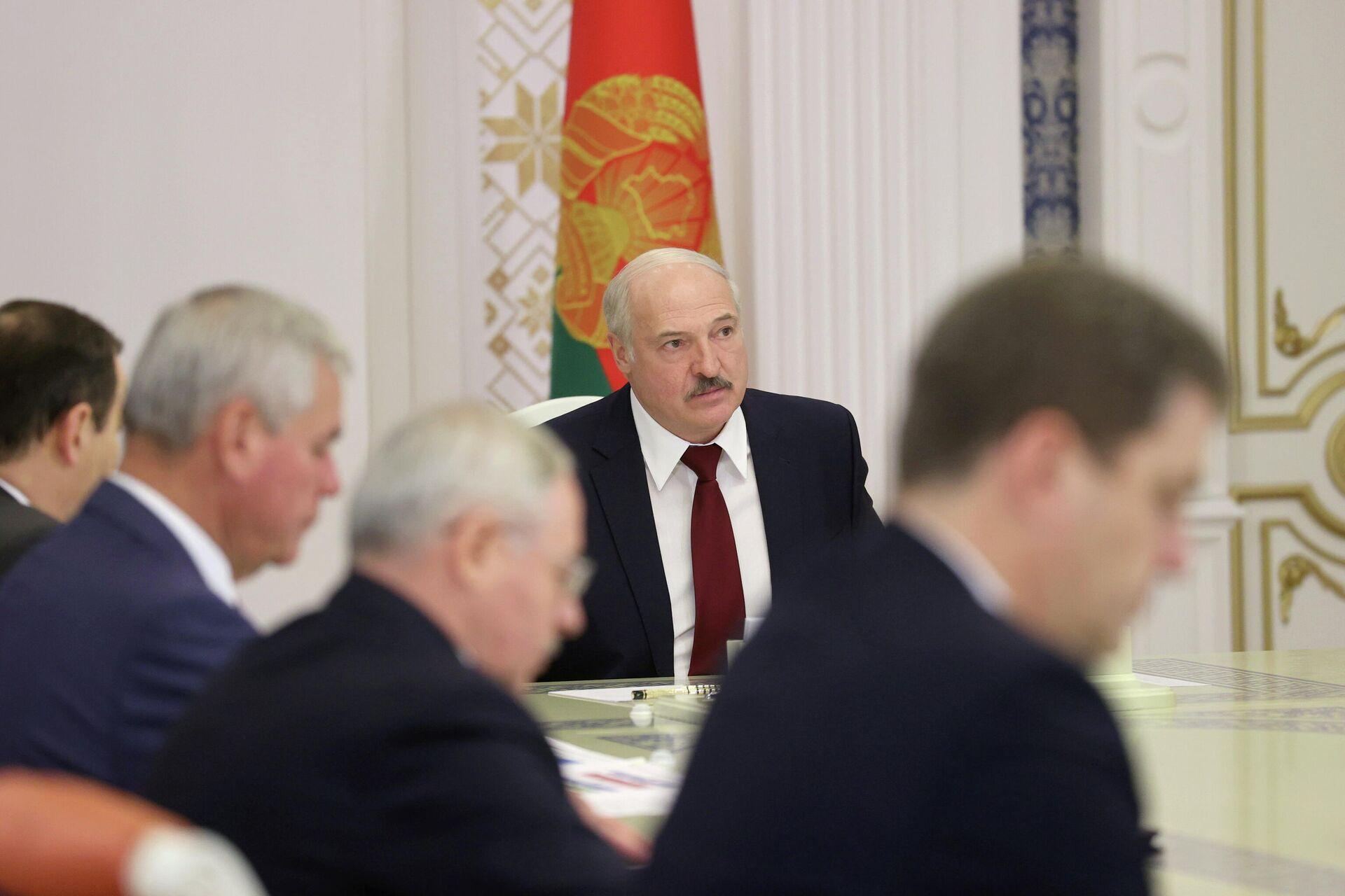 Президент Белоруссии Александр Лукашенко во время совещания в Минске. 27 октября 2020 - РИА Новости, 1920, 27.10.2020
