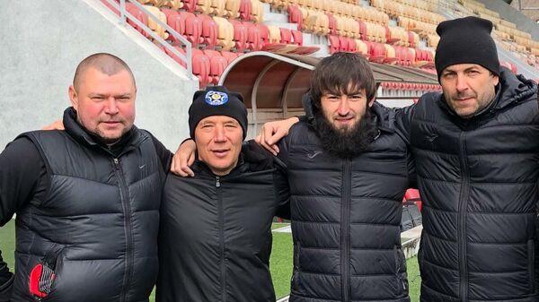 Эрнест Капышев (второй справа)