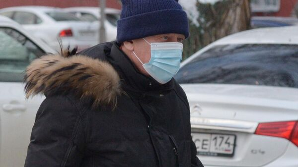 Экс-глава города Евгений Тефтелев в сопровождении сотрудника ФСИН следует в суд Центрального района Челябинска