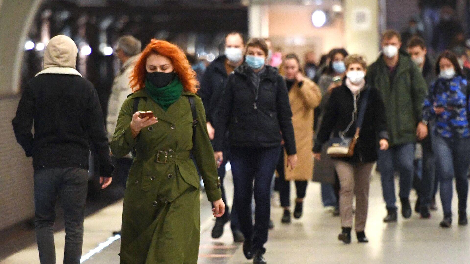 Люди в защитных масках на станции Московского метрополитена - РИА Новости, 1920, 31.10.2020