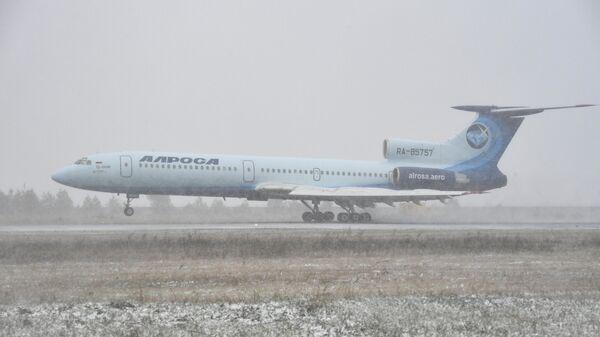 Самолет Ту-154 авиакомпании Алроса во время посадки в аэропорту Толмачево в Новосибирске