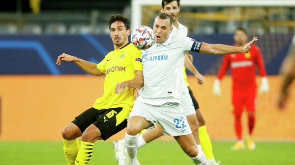 Нападающий Зенита Артем Дзюба и защитник дортмундской Боруссии Матс Хуммельс в матче Лиги чемпионов
