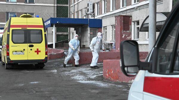 Бригада скорой помощи возле приемного отделения медико-санитарной части № 4 в Омске