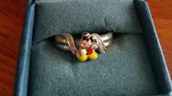 Обручальное кольцо с изображением Микки Мауса