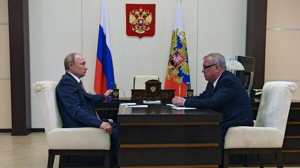 Президент РФ Владимир Путин и президент - председатель правления Банка ВТБ Андрей Костин
