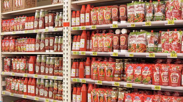 Полки с кетчупом различных производителей в супермаркете