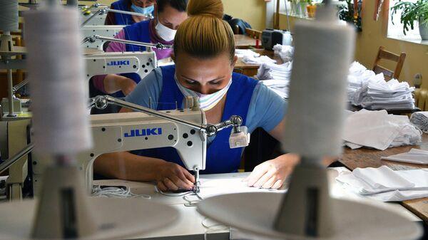 Сотрудницы швейного производства транспортного предприятия Минсктранс