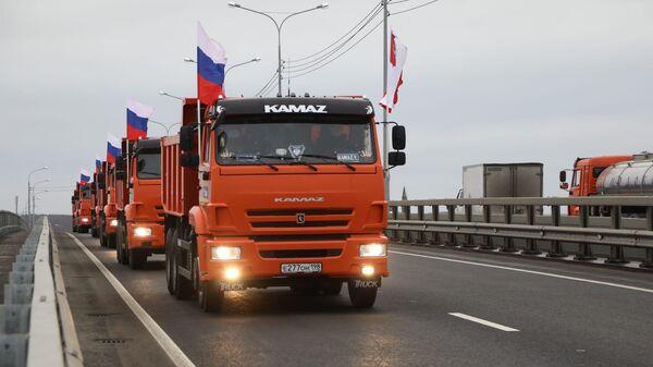 Автомобильное движение по четырехполосному мосту через реку Шексну в Вологодской области