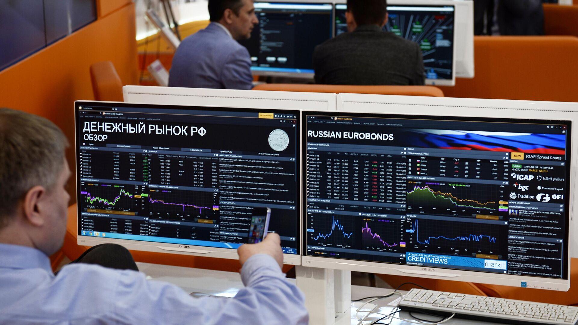 Мониторы с информацией о состоянии денежного рынка РФ - РИА Новости, 1920, 16.04.2021