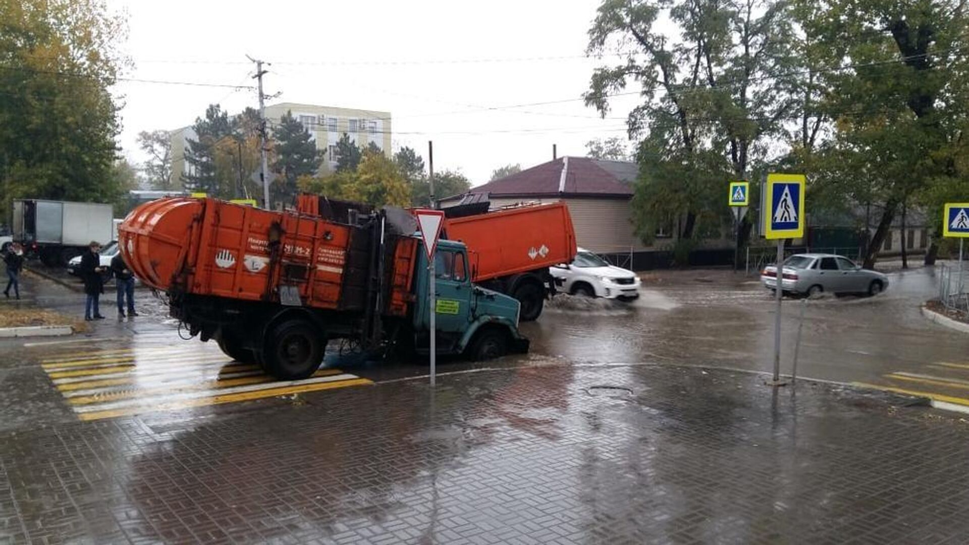 В Ростовской области два мусоровоза провалились под асфальт