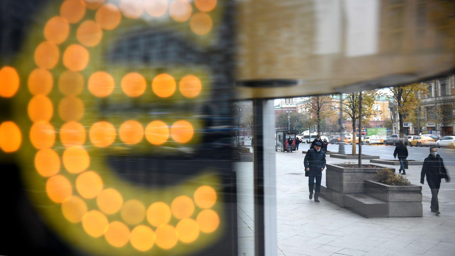 Электронное табло со знаком евро на одной из улиц в Москве - РИА Новости, 1920, 12.01.2021