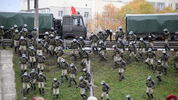 Сотрудники правоохранительных органов на несанкционированной акции Дзяды в Минске