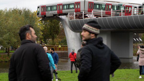 Поезд метро, повисший на скульптуре Хвосты китов в голландском городе Спейкениссе