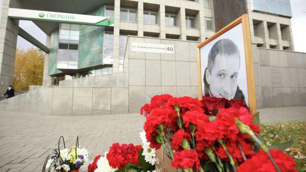 Цветы в память о погибшем Романе Гребенюке на улице Коммунистической в Волгограде