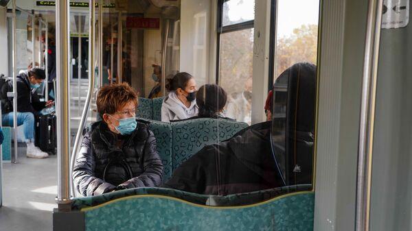 Люди в масках в общественном транспорте в Берлине во время карантина