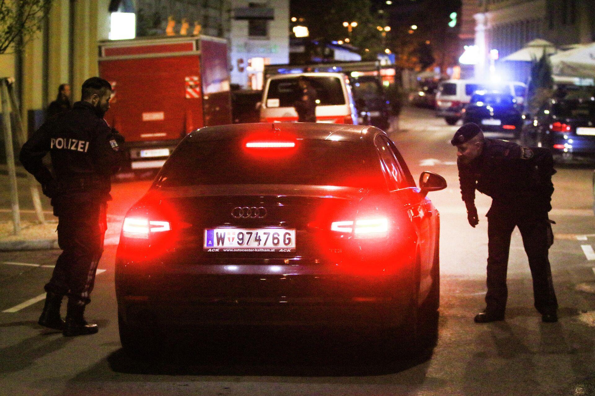 Полицейские проверяют машину на месте происшествия в Вене - РИА Новости, 1920, 03.11.2020