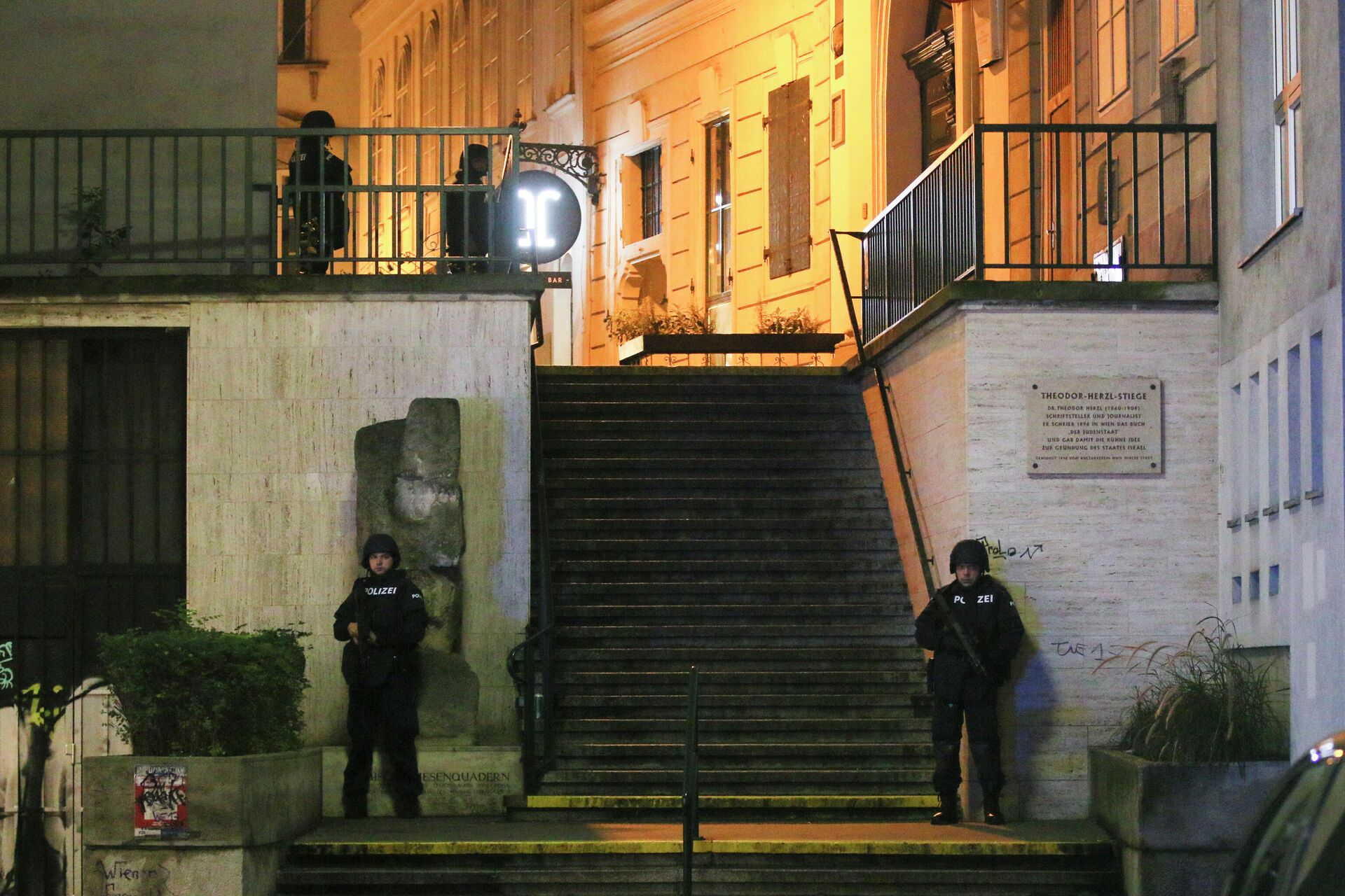 Полицейские возле синагоги в Вене после теракта - РИА Новости, 1920, 03.11.2020