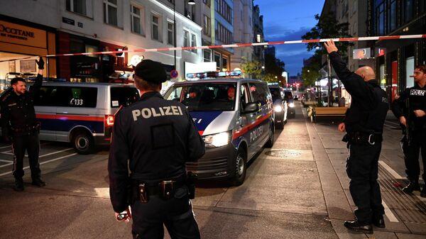 Сотрудники полиции Австрии на месте стрельбы в Вене