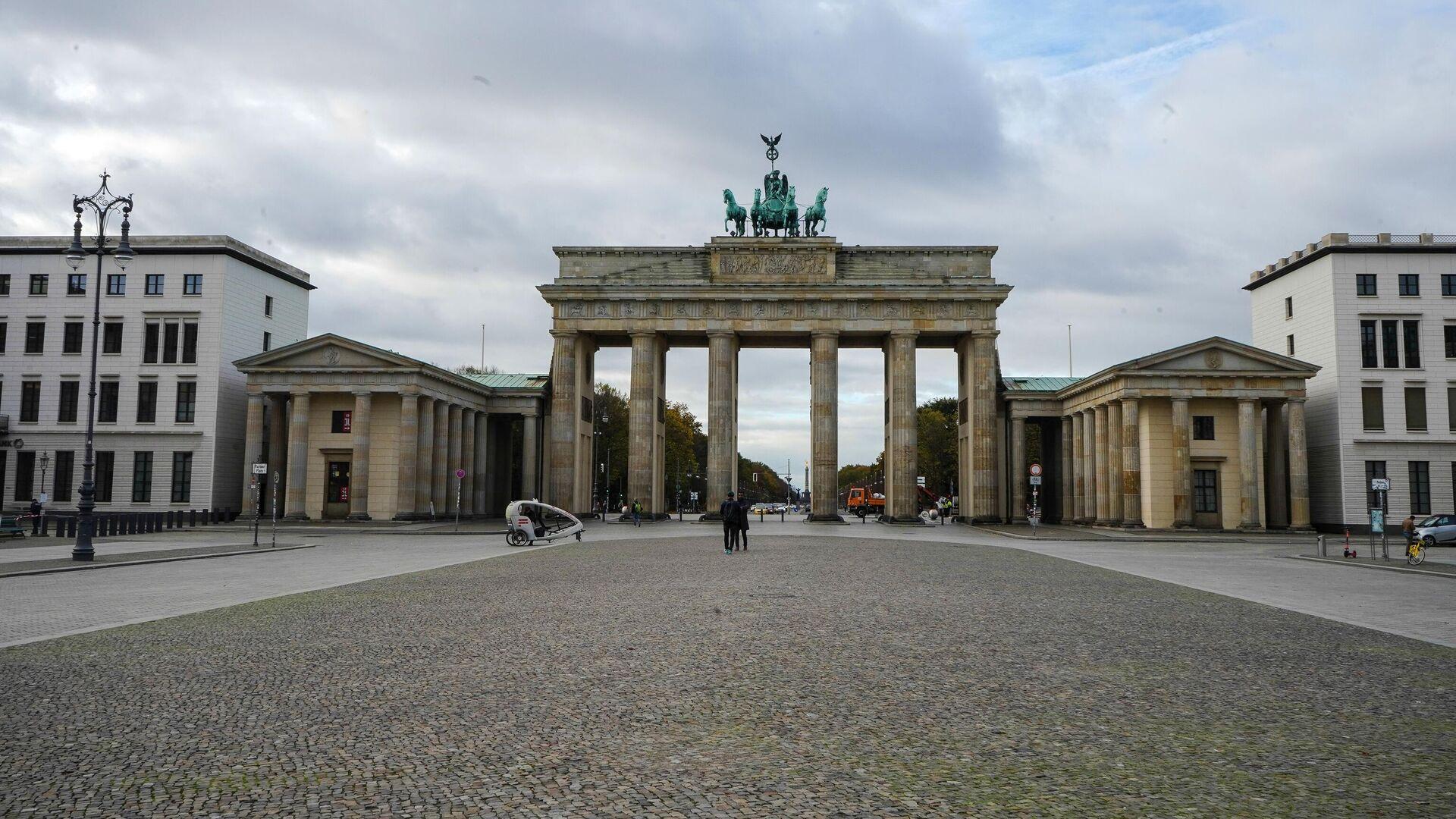 Пустая улица перед Бранденбургскими воротами в Берлине во время карантина, введенного в связи с коронавирусом - РИА Новости, 1920, 08.11.2020