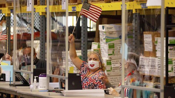 Сотрудница избирательного участка во время голосования на президентских выборах в Сан-Диего, США