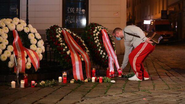 Цветы и свечи на месте теракта в Вене