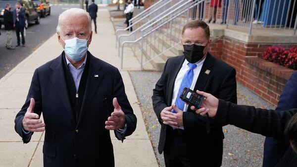 Кандидат в президенты США Джо Байден во время встречи с журналистами в Уилмингтоне