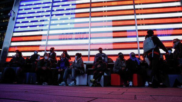 Люди наблюдают за подведением итогов голосования на президентских выборах в Нью-Йорке, США