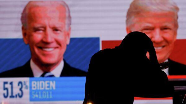 Экран с предварительными итогами голосования на президентских выборах в Сан-Диего, США