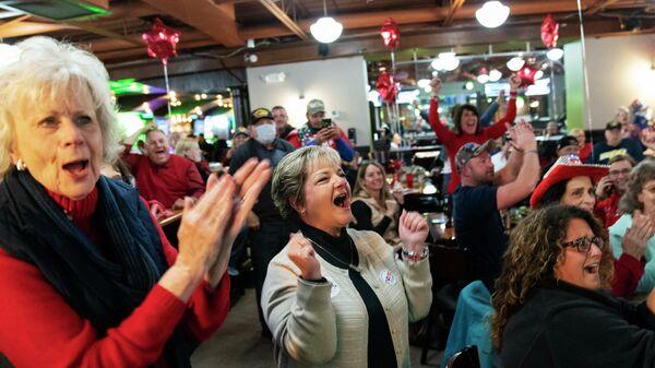 Сторонники президента США Дональда Трампа реагируют на результаты выборов в Шелби, штат Мичиган