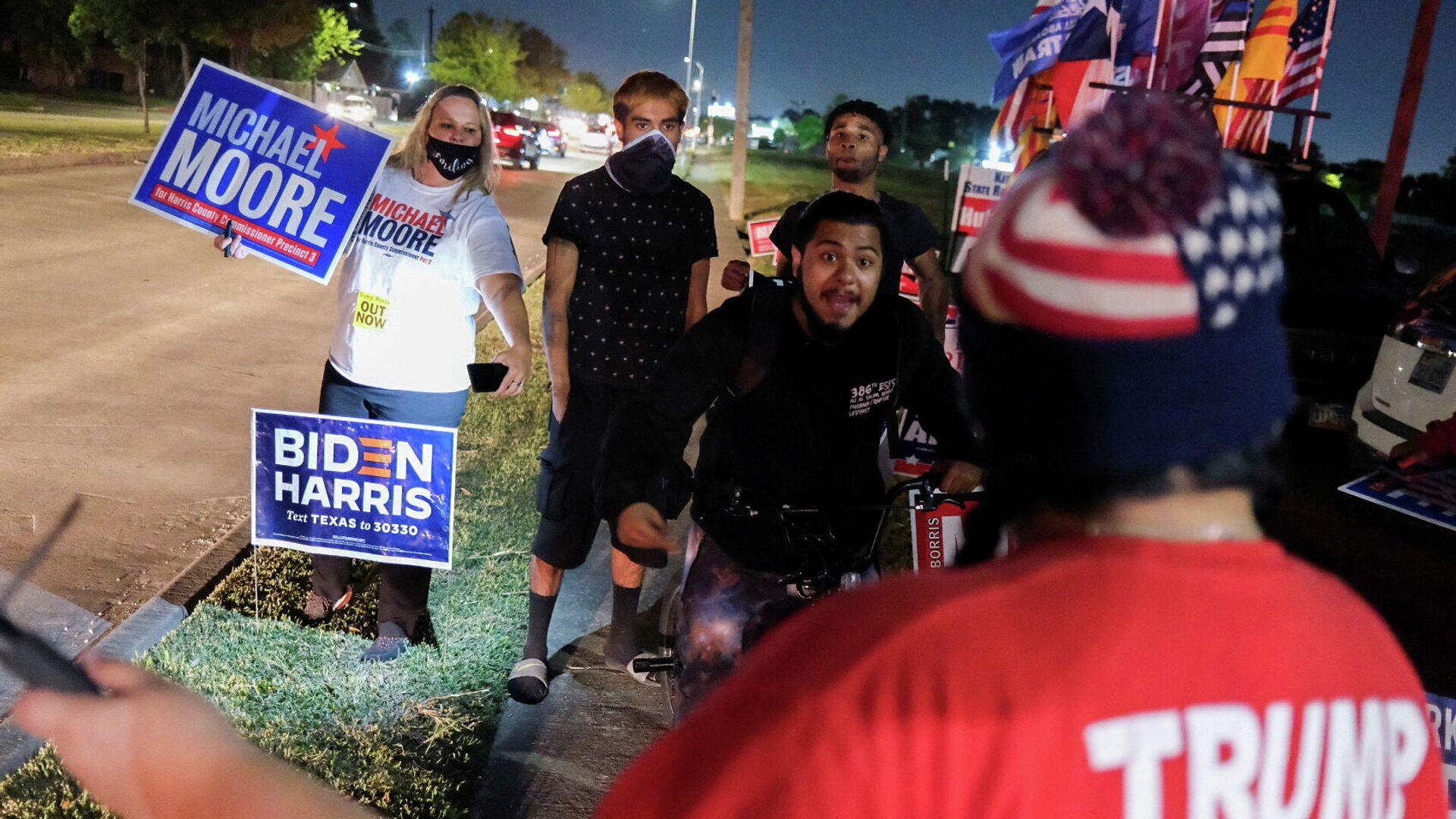 Сторонники Джо Байдена сталкиваются со сторонниками Трампа на избирательном участке в день выборов в Хьюстоне, штат Техас - РИА Новости, 1920, 05.11.2020