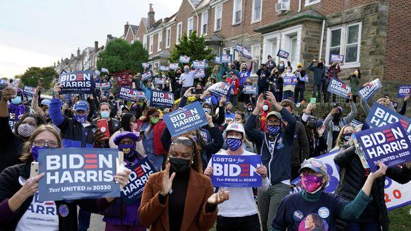 Сторонники кандидата в президенты США от Демократической партии Джо Байдена в день выборов в Филадельфии, штат Пенсильвания