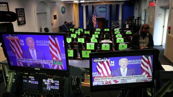 Кандидат в президенты США от Демократической партии Джо Байден на экранах во время выступления