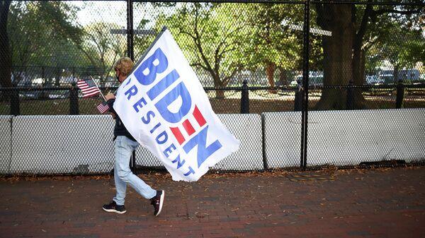 Сторонница кандидата в президенты США Джо Байдена у Белого дома в Вашингтоне