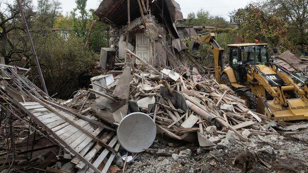 Спецтехника на разборке домов, разрушенных в результате обстрела Степанакерта