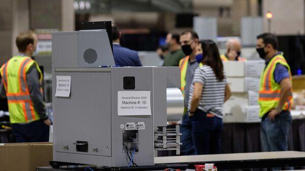 Машина для подсчета голосов внутри Конгресс-центра в Филадельфии