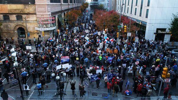 Сторонники президента США Дональда Трампа и сторонники кандидата в президенты, бывшего вице-президента Джо Байдена перед Конгресс-центром в Филадельфии