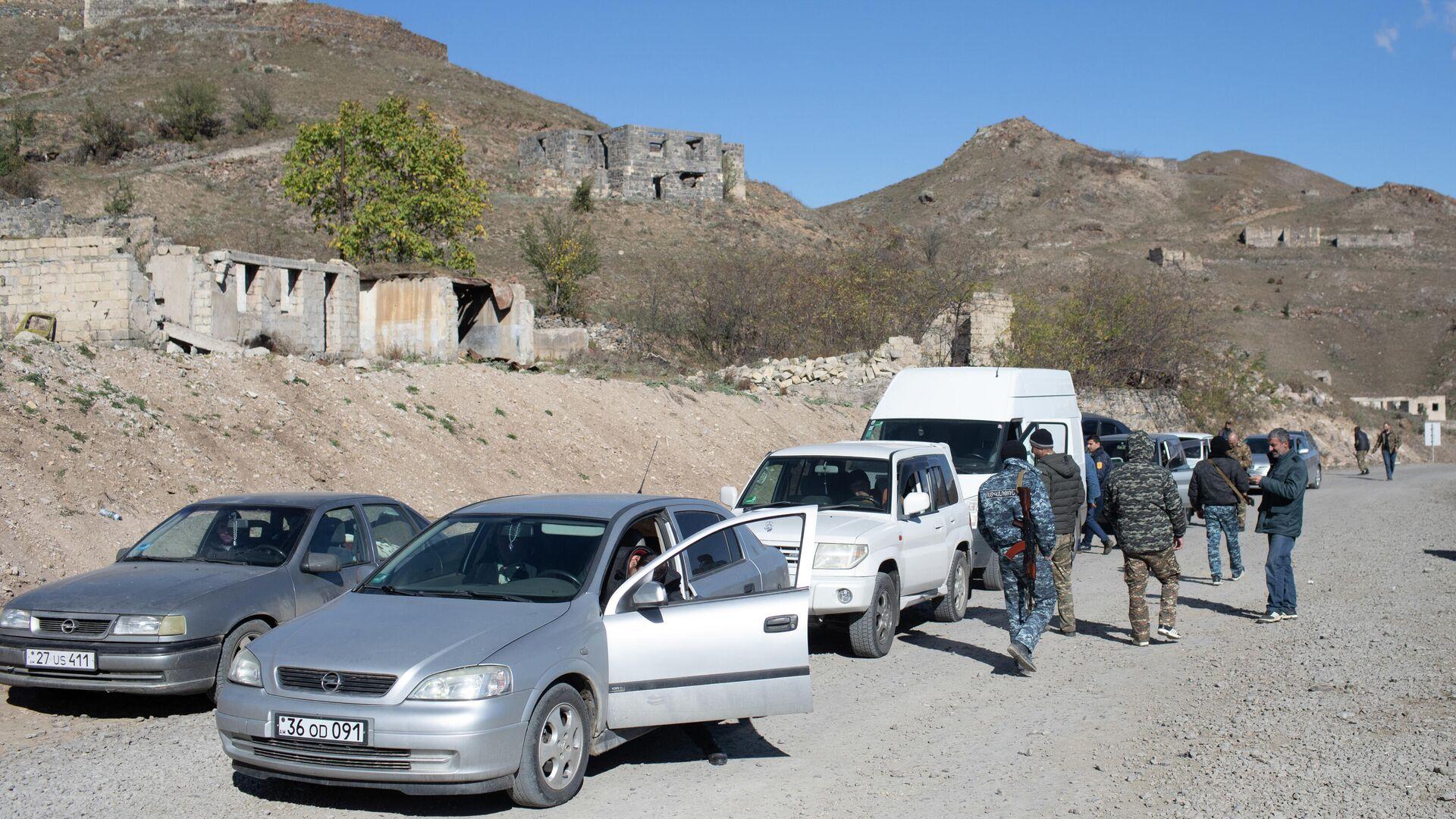 Местные жители, покидающие Нагорный Карабах, на пропускном пункте в районе города Карвачар - РИА Новости, 1920, 20.11.2020