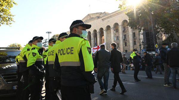 Сотрудники правоохранительных органов во время акции оппозиции в Тбилиси