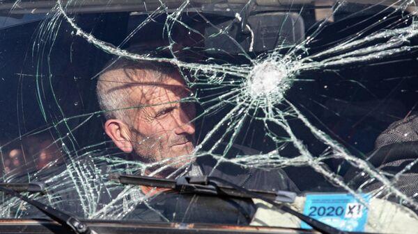 Местный житель, покидающий Нагорный Карабах, в районе города Карвачар
