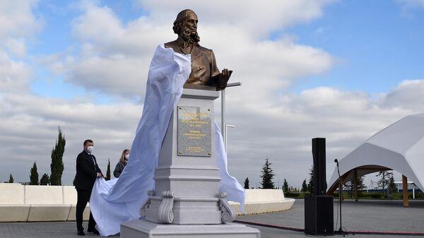 Торжественное открытие памятника художнику-маринисту Ивану Айвазовскому, выполненного скульптором Салаватом Щербаковым, в аэропорту Симферополя
