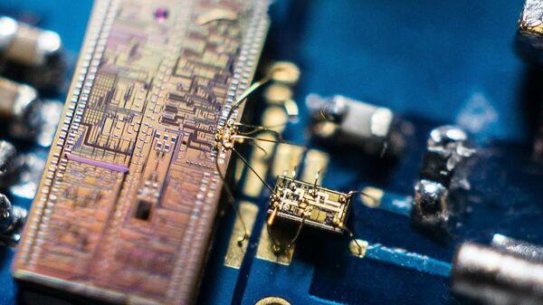 Детектор квантового света. состоящий из кремниевого фотонного чипа и чипа микроэлектроники