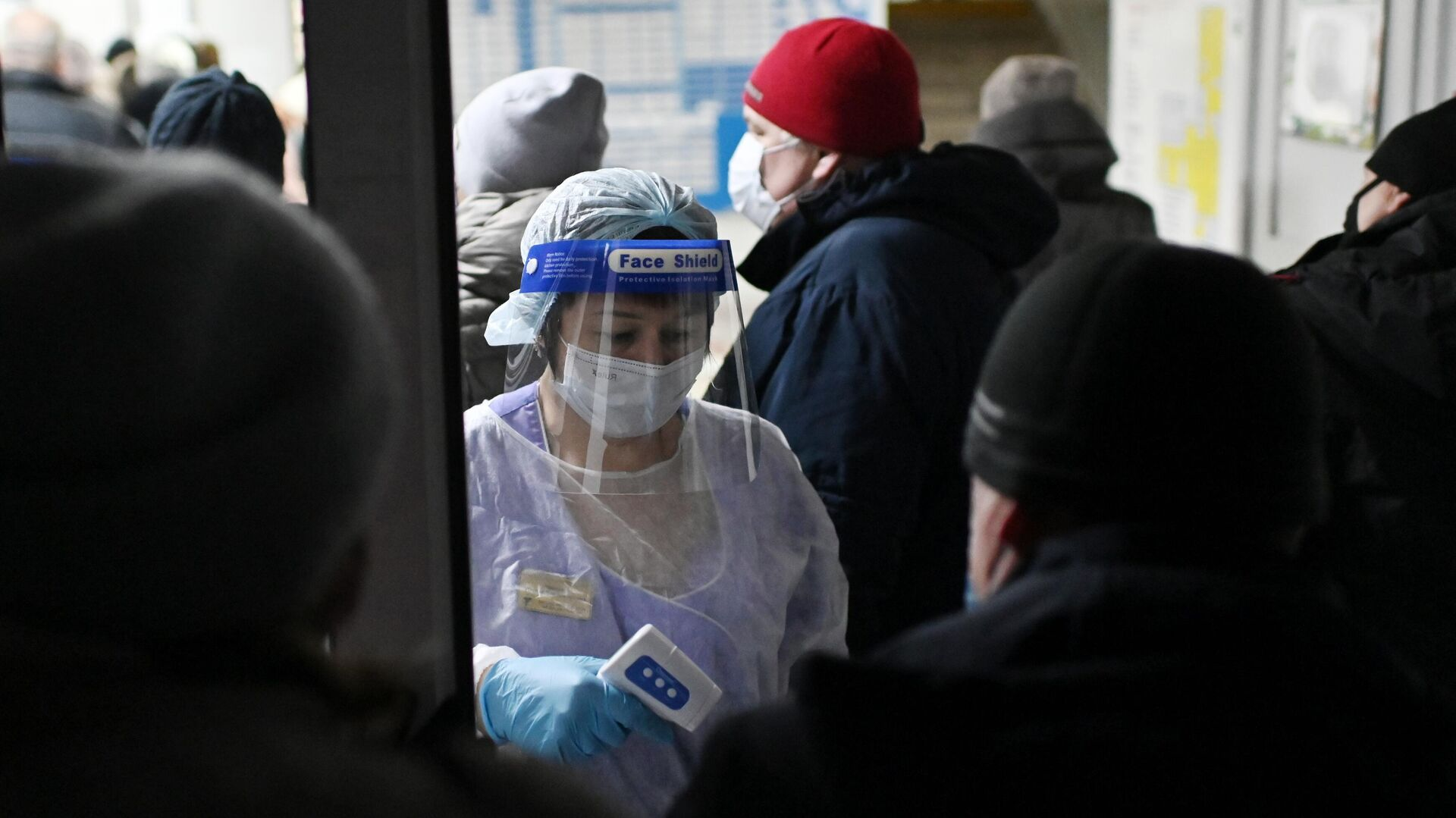 Измерение температуры людям при входе в поликлинике городской больницы №2 в Омске - РИА Новости, 1920, 04.12.2020